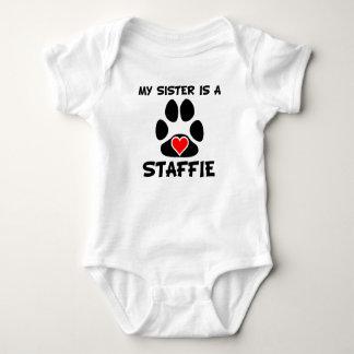 Meine Schwester ist ein Staffie Baby Strampler