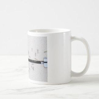 Menge der Moskitos, die den Raum betreten Kaffeetasse