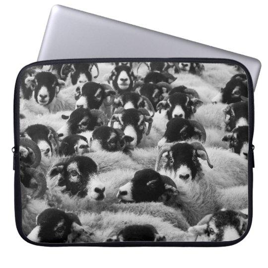 Menge der Schafe Schwarzweiss Laptop Sleeve Schutzhülle