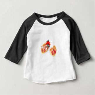 Menschliches Herzmodell abgeschieden auf weißem Baby T-shirt