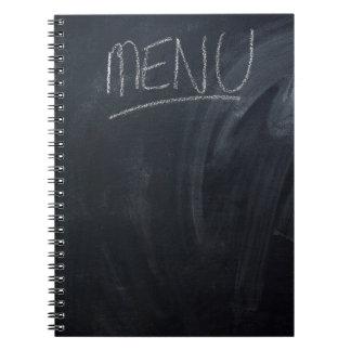 Menü geschrieben auf ein Kreidebrett mit Raum für Notizblock