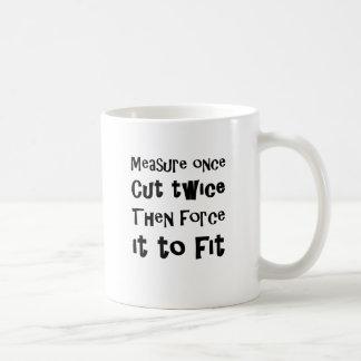 Messen Sie einmal Schnitt zweimal zwingen ihn Kaffeetasse