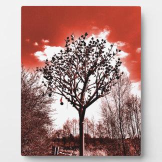 metal Baum auf der Foto-Rottönung des Feldes Fotoplatte