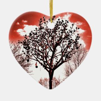 metal Baum auf der Foto-Rottönung des Feldes Keramik Herz-Ornament