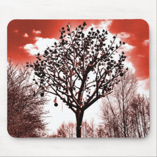 metal Baum auf der Foto-Rottönung des Feldes Mousepads