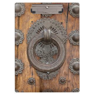 Metallklopfer auf alter Holztür Klemmbrett