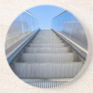 Metallrolltreppe draußen mit blauem sky.JPG Sandstein Untersetzer