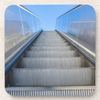 Metallrolltreppe draußen mit blauem sky.JPG Untersetzer