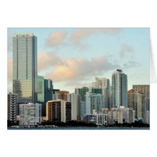 Miami-Wolkenkratzer gegen breiten klaren Himmel Karte