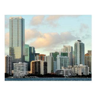 Miami-Wolkenkratzer gegen breiten klaren Himmel Postkarte