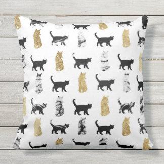 Miezekatze-Katzen im Gold und im Kissen Für Draußen