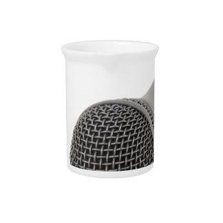 Mikrofon- Gespräch zu mir Getränke Pitcher