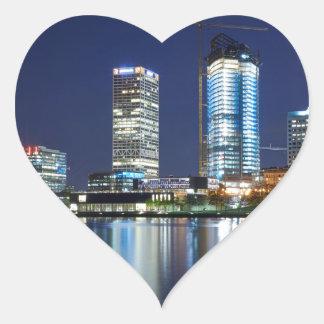 Milwaukee-Skyline nachts Herz-Aufkleber