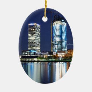 Milwaukee-Skyline nachts Ovales Keramik Ornament