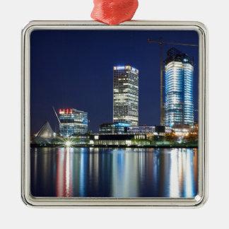 Milwaukee-Skyline nachts Quadratisches Silberfarbenes Ornament