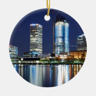 Milwaukee-Skyline nachts Rundes Keramik Ornament