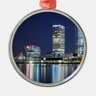 Milwaukee-Skyline nachts Rundes Silberfarbenes Ornament