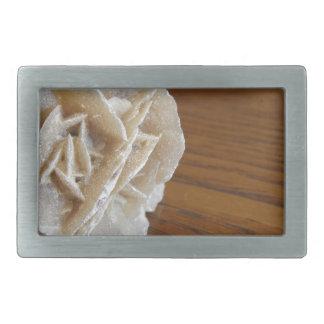 Mineralwüsten-Rose auf hölzerner Tabelle Rechteckige Gürtelschnalle