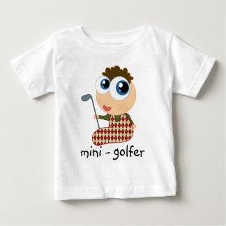 Minigolfspieler-Kinder, die T - Shirt Golf spielen