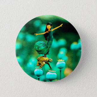 Minimädchen im grünen Kleid, das auf einer Runder Button 5,1 Cm
