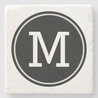 Minimale mit Monogramm Initiale auf schwarzem Steinuntersetzer
