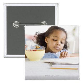 Mischrassemädchenlesung und essen Frühstück Quadratischer Button 5,1 Cm