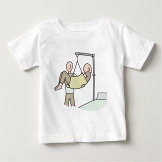 Mit Behinderung Mann angehoben durch Maschine des Baby T-shirt