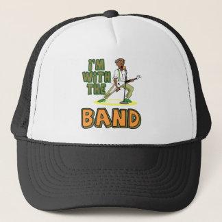 Mit dem Band Truckerkappe