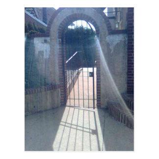 Mit einem Gatter versehene Tür mit Schleier-reflek Postkarte