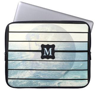 Mit Monogramm Entwurf des Erdozeans Laptopschutzhülle