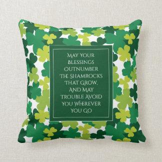 Mit Monogramm St Patrick Tag mit irischem Segen Kissen
