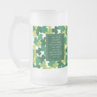 Mit Monogramm St Patrick Tag mit irischem Segen Mattglas Bierglas