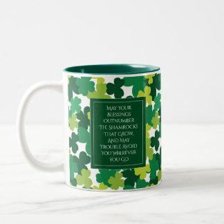 Mit Monogramm St Patrick Tag mit irischem Segen Zweifarbige Tasse