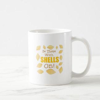 Mit Muscheln an Kaffeetasse