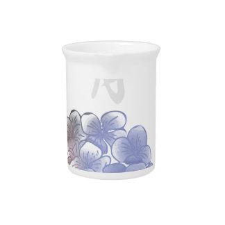 Mit Tinte geschwärzte Blumenblätter eines Jahres - Getränke Pitcher