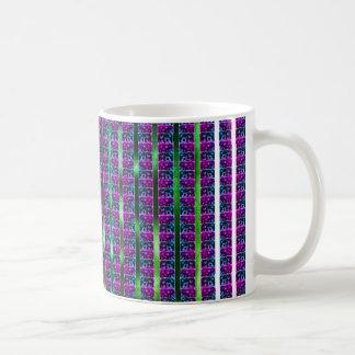 Mit Ziegeln gedeckte überraschte Kaffeetasse