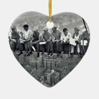 Mittagessen auf einem Wolkenkratzer Keramik Herz-Ornament