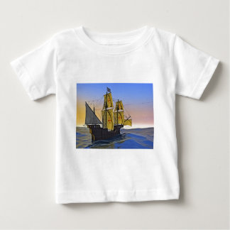 Mittelalterlicher Carrack, der das raue Wasser am Baby T-shirt