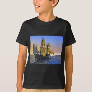 Mittelalterlicher Carrack, der das raue Wasser am T-Shirt