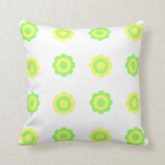 Mittlere grüne und gelbe Polka-Punkt-Blumen Kissen