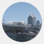 Mittlerer Flugzeugträger angekoppelt in San Diego Runder Sticker