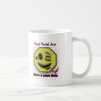 MIXED MARTIAL ARTS Lächeln, hat einen schönen Tasse