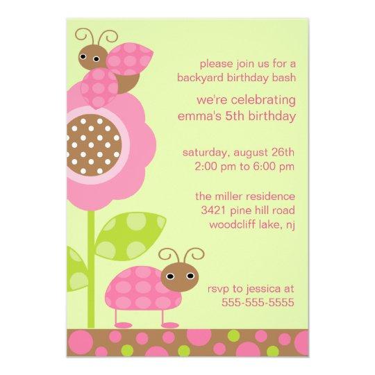 Mod-Baby hört Geburtstags-Einladung ab Karte