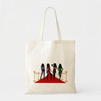 Mode-Mädchen auf dem roten Teppich rühren Tragetasche