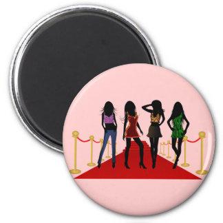 Mode-Mädchen, die Modelle auf roter Runder Magnet 5,7 Cm
