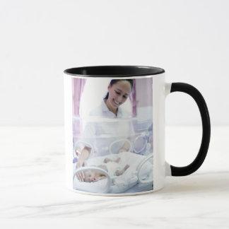 MODELL FREIGEGEBEN. Krankenschwester und Tasse