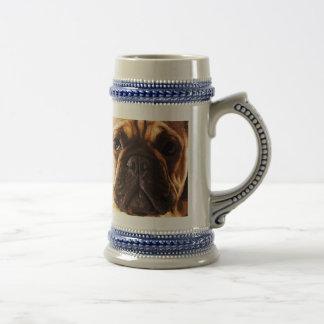 moderne braune große französische Bulldogge Bierglas
