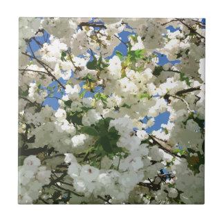 Moderne Kirschblüten - blauer Himmel-Grün-Blätter Fliese