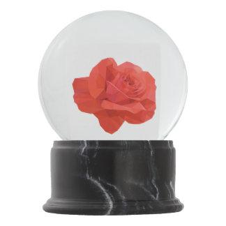 Moderne rote niedrige Polygon-Rose Schneekugel