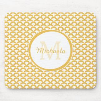 Modernes Gelbes und Weiß bogt Monogramm und Namen Mousepad